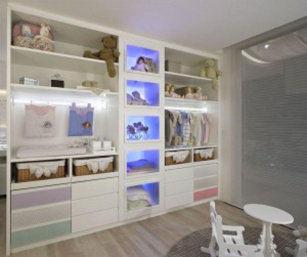 Luzes indiretas dão charme especial aos armários