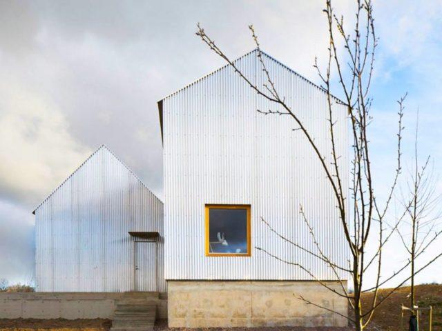 Arquiteto sueco surpreende mãe com deslumbrante casa de alumínio corrugado
